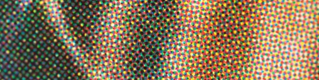 close up van full colour drukwerk waarop je de rasterpunten kunt zien