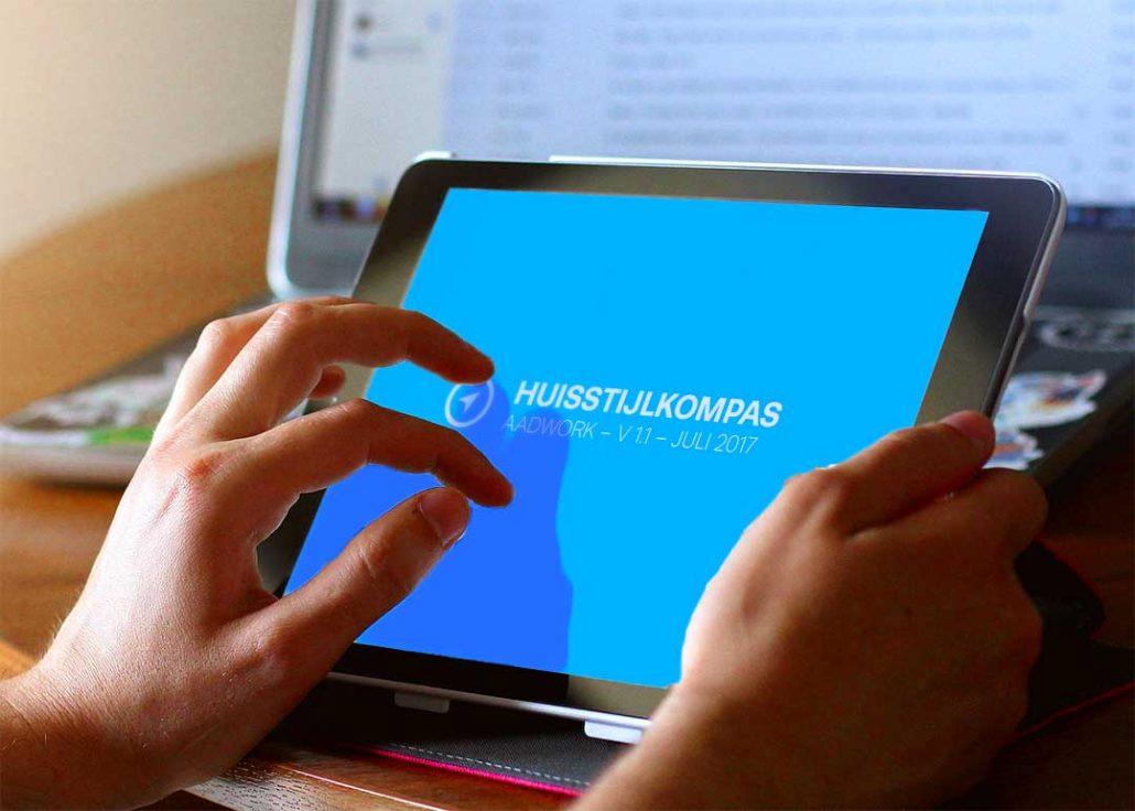 logo laten ontwerpen vastleggen in een huisstijlkompas die je op een ipad kunt bekijken