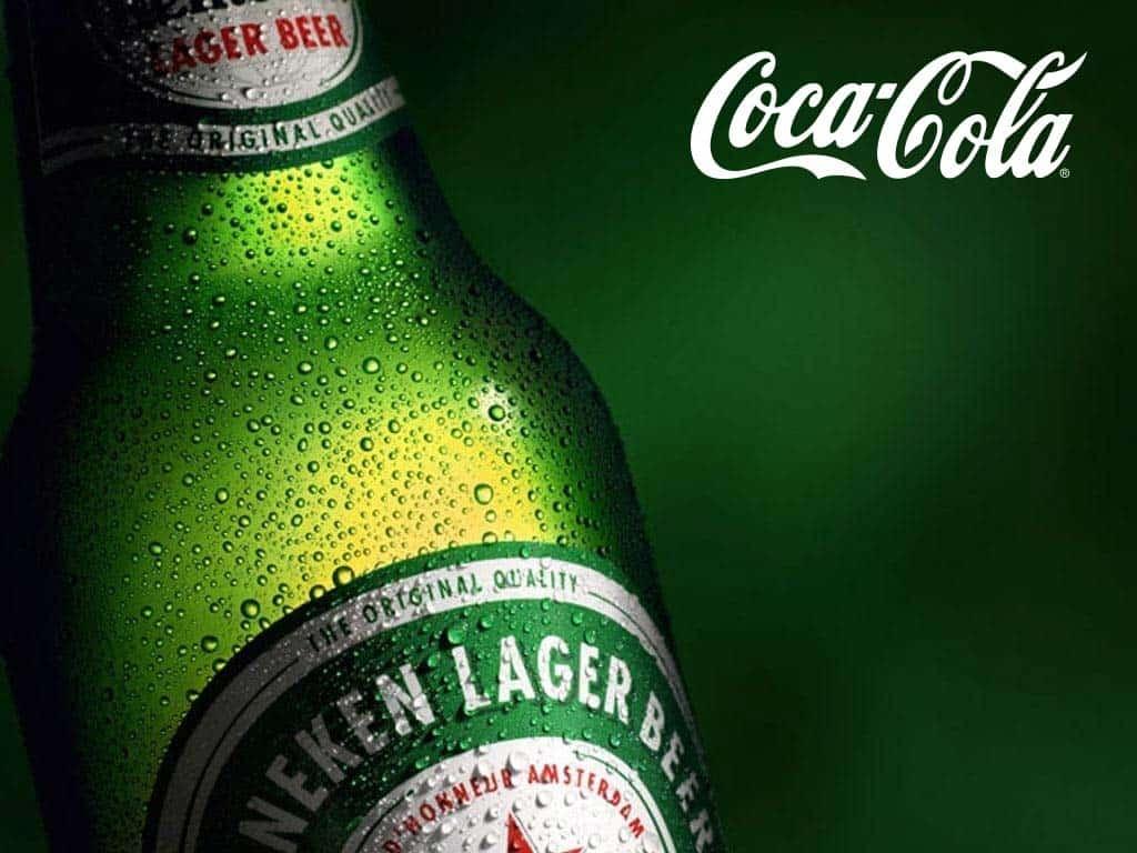 logo laten ontwerpen gaat verder dan een logo op een uiting plakken zoals deze groene heineken reclame met een wit coca cola logo erop