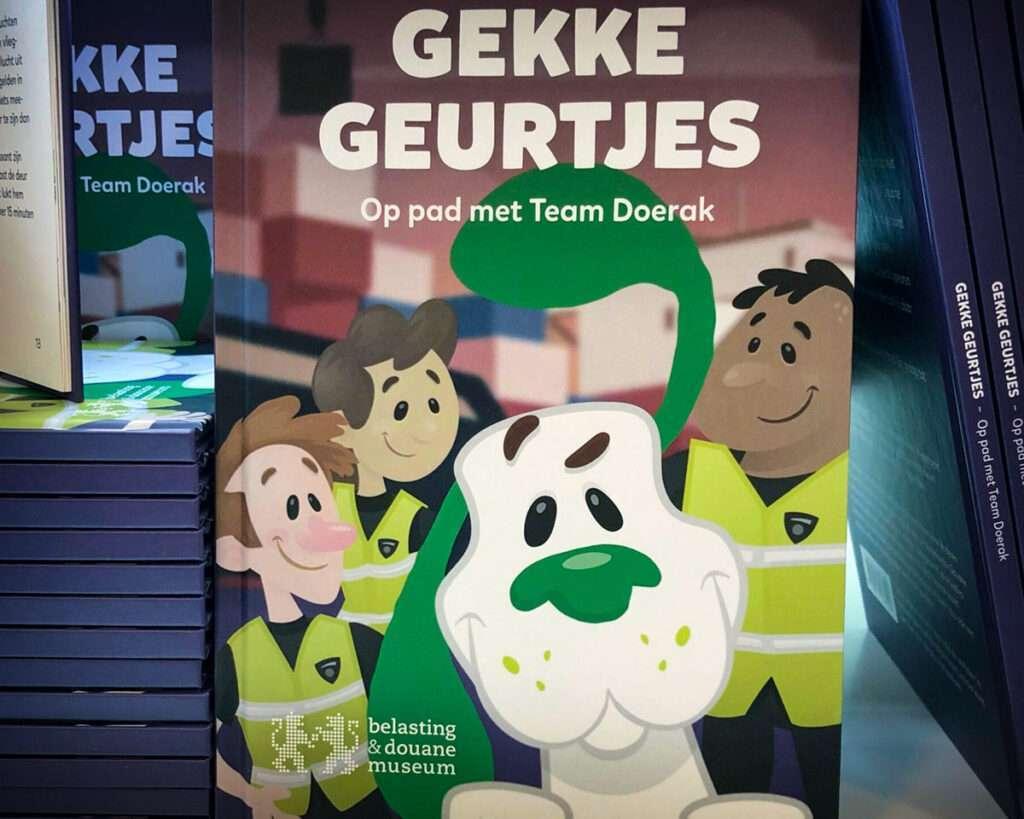 Grafisch ontwerp omslag kinderboek Gekke Geurtjes van speurhond mascotte Doerak Belasting Douane Museum Rotterdam door Aadwork uit BINK36 Den Haag